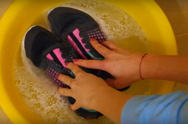 Как постирать кроссовки вручную